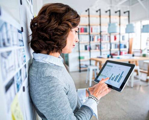Planejamento, mulher analisando dados